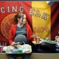 üleküpsed teismelised: Juno (Ellen Page, vasakul) on tavaline 16aastane tüdruk ühes väga tavalises Ameerika linnakeses. Ja võite ise kujutada ette veelgi tavalisemate vanemate üllatust, kui tütrel kõht kasvama hakkab, ta abordist keeldub ja hakkab hoopis koos oma parima sõbranna Leah'ga (Olivia Thirlby) kuulutusteleheküljelt kasuvanemaid otsima.
