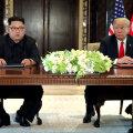 Kim Jong-un ja Donald Trump ühisavaldust allkirjastamas