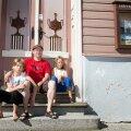 Karjala aktivist Timoi Munne (keskel) võttis eile Tampere majja Karjalat tutvustavale esinemisele kaasa kogu pere – naise, pojad Vili (vasakul) ja Verneri (paremal) ning Vanja.