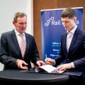 Tõnu Grünberg ja Keijo Vaher (paremal) Rail Balticu Muuga kaubajaama projekteerimislepingu allkirjastamine