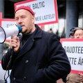 Artur Talvik Rail Balticu vastasel protestil Swissoteli ees