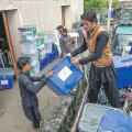 Hääletussedelitega kastid saabuvad jaoskondadest ülelugemiseks Jalalabadi valimiskomisjoni.