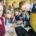 Merivälja kool on aasta algusest saadik Linuxit katsetanud – vahel raskustega. Pildil õpetaja Ülle Paas ja 1.–3. klassi õpilased.