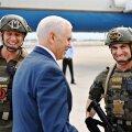 QANONI POLITSEI: Trumpi administratsiooni asepresident Mike Pence koos Florida osariigi Browardi maakonna politsei kiirreageerijatega. Vasakpoolse politseiniku rinnal olevat Q-tähte kannavad QAnoni jüngrid.