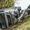 Viljandimaal sõitis veoauto teelt välja kraavi külili