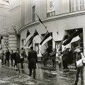 Enne Eesti kongressi esimese istungjärgu algust Estonia kontserdisaali ees