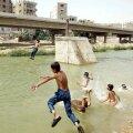 KLIIMAKRIISI NÄHUD: Pakistani suurima linna Karachi asukad kurdavad, et kuumus on elu talumatuks muutmas, eriti, kui puudub ligipääs konditsiooneerile ja puhtale veele. Fotol Karachi lapsed end linna tiigis jahutamas.
