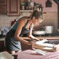 Снова на кухню? Коронавирус отбросил эмансипацию женщин на 25 лет назад
