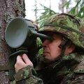 Külgmiin M-14T puu külge kinnitatuna ja ettevõtte Eesti Arsenal juht Jens Haug.