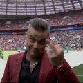 VIDEO | Robbie Williams šokeeris jalkafänne, kui MM-i avatseremoonia ajal kaamera ees keskmist sõrme viibutas