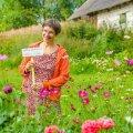 Triinu Guerrin südasuvel oma permakultuuriaias, kus kasvab nii köögivilju kui lilli.