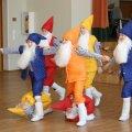 Vikerkaare nooremad tantsisid kunstiringide lõpetamisel Pöialpoiste tantsu. Foto: Siiri Raagmets