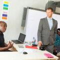 """20-aastase õpetamiskogemusega matemaatikaõpetaja Andrew Byekwaso (vasakul) on töötanud nii Aafrika, Euroopa, Aasia kui ka Austraalia koolides. """"Ma olen õpetanud külades, kus kirjutasime kriidiga tahvlile, ja kohtades, kus igasugused õppevahendid sootuks p"""