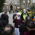 Inglismaal näidati koolis prohvet Muhamedi karikatuuri. Lapsevanemad kogunesid protestima, mille mõistis hukka haridusminister