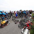Itaalia velotuuri 15. etapp algas massiõnnetusega.