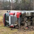 Viljandimaal sõitis veoauto kraavi külili