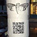 Sõnumid postidel: Cicada võrgustik on ülemaailmse ulatusega, sest teated pandi üles tosinasse linna eri riikides. Pildil plakat Varssavis.
