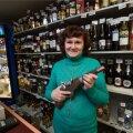 Beebilõusta röövi ohver, müüja Natalia, näitab alkoholiletilt pärit relvakujulist pudelit. See pole siiski enesekaitseks - neid müüs pood ka enne röövi.