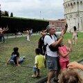 """Turistid Pisa torni """"toetamas""""."""