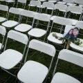 ФОТО | Семьи погибших при падении Boeing 777 разложили 298 стульев у посольства РФ в Гааге