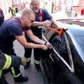 DELFI FOTOD ja VIDEO: Pärnus aitasid päästjad välja autosse kinni jäänud väikelapse