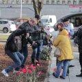 """ФОТО DELFI: Активисты """"Ночного дозора"""" принесли цветы на Тынисмяги"""