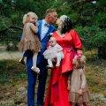 Pruutpaar koos tütarde Sinili, Sädeli ja Pääsu Liiga.