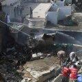 """ФОТО и ВИДЕО   Самолет """"Пакистанских авиалиний"""" разбился рядом с аэропортом Карачи. Погибли по меньшей мере 107 человек"""