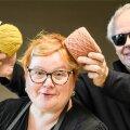 KAS SOBIVAD SOENGUGA? Marju Heldema ja kaks lõngakera, mis on värvitud juurepruunikuga (kollane) ja verkja vöödikuga (roosakas). Paremal EE esindaja.