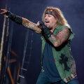 VIDEO   Rockilegend kukkus kontserdi ajal lavalt alla ega saanud enam hingata