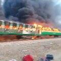 ВИДЕО: В Пакистане из-за пожара погибли 73 пассажира поезда. Они готовили еду на газовой плите