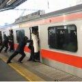 Bussis trügimine ei meeldi? Sa pole veel tipptunnil Tokyo metrood näinud