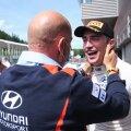 Hyundai boss Andrea Adamo õnnitleb Craig Breeni.