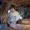 Jõuluvana Kusti loeb oma majakeses talle saadetud soove, et vahva oleks pühi pidada ka väljas värske õhu käes.