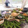 Maitsemaa metsarestoran katab rikkaliku laua vabas õhus.