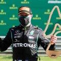 Võitja Valtteri Bottas poseeris nii, nagu praegu kohane: maskiga.