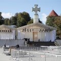 FOTOD | Vabaduse väljakust on saanud kirik. Esimesed ettevalmistused paavsti missa jaoks on tehtud