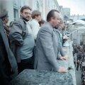 """Ülemnõukogu liikmed Andres Ammas ja Ülo Nugis Toompea lossi rõdul 15. mail 1990. Lossi ette alles koguneb võidurõõmus ühendkoor, mida Andres juhatama hakkab. Kaader Andres Söödi filmist """"Hobuse aasta"""", Tallinnfilm 1991."""