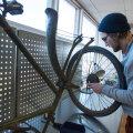 Eile putitas MakerLabi ruumides oma 70-aastast jalgratast Kultuurikatla haldusjuht ja hobimehaanik Raivo Raidvee.