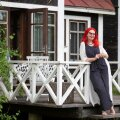 Kunstnik Eve Kask elab Käsmus esilagu maakoduks ehitatud hoones ja ööbib oma Tallinna korteris vaid siis, kui suur pidutsemisisu peale tuleb.