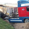 В Тарту внезапно почувствовавший себя плохо водитель грузовика съехал с дороги