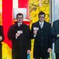 FOTOD: Dombrovskis ja Ansip võtsid välja Läti esimesed eurod