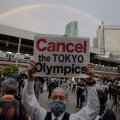 Jaapani meeleavaldaja hoidmas pea kohal Tokyo olümpia vastast loosungit. Pilt tehtud täna, 17. mail Tokyos.