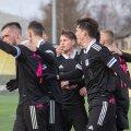 Nõmme Kalju mängijad tähistamas FC Kuressaare võrku löödud palli.