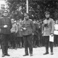 VÕIDUKAD VÄEJUHID: Kapten Karl Parts (vasakult), kindralmajor Ernst Põdder ja alampolkovnik Nikolai Reek 29. juunil 1919 Rodenpoisis (Ropaži) enne rahuläbirääkimisi Landeswehriga.