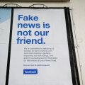 """""""Võltsuudised ei ole meie sõbrad"""", teatab Facebooki reklaamtahvel Ühendkuningriigis."""
