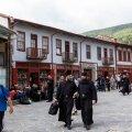 Mungad ja külastajad Athose autonoomse mungariigi pealinnas Karyeses, kus on mõned poekesed, kuid puudub meenemüük.