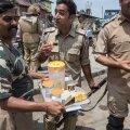 ELU ON ILUS: Politsei/paramilitaarüksused nautimas India maiusi Kashmiris Eidi-pidustuste ajal, samal ajal kui paarkümmend meetrit eemal lendavad veel pisargaasigranaadid.