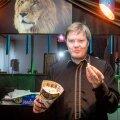 Margus Prangel maitseb Von Glehni teatris pakutavat popkorni.