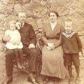 Siin näeme Roosit-Johannest istumas oma keldri ees. Minu ema Hilda on umbes kolmeaastane, vend Oskar kuuene, Johannes 43 ja Roosi 33. Usun, et pildistajaks oli Kangru Johannes, vanaema poolvend, kes tegeles ka fotograafiaga.